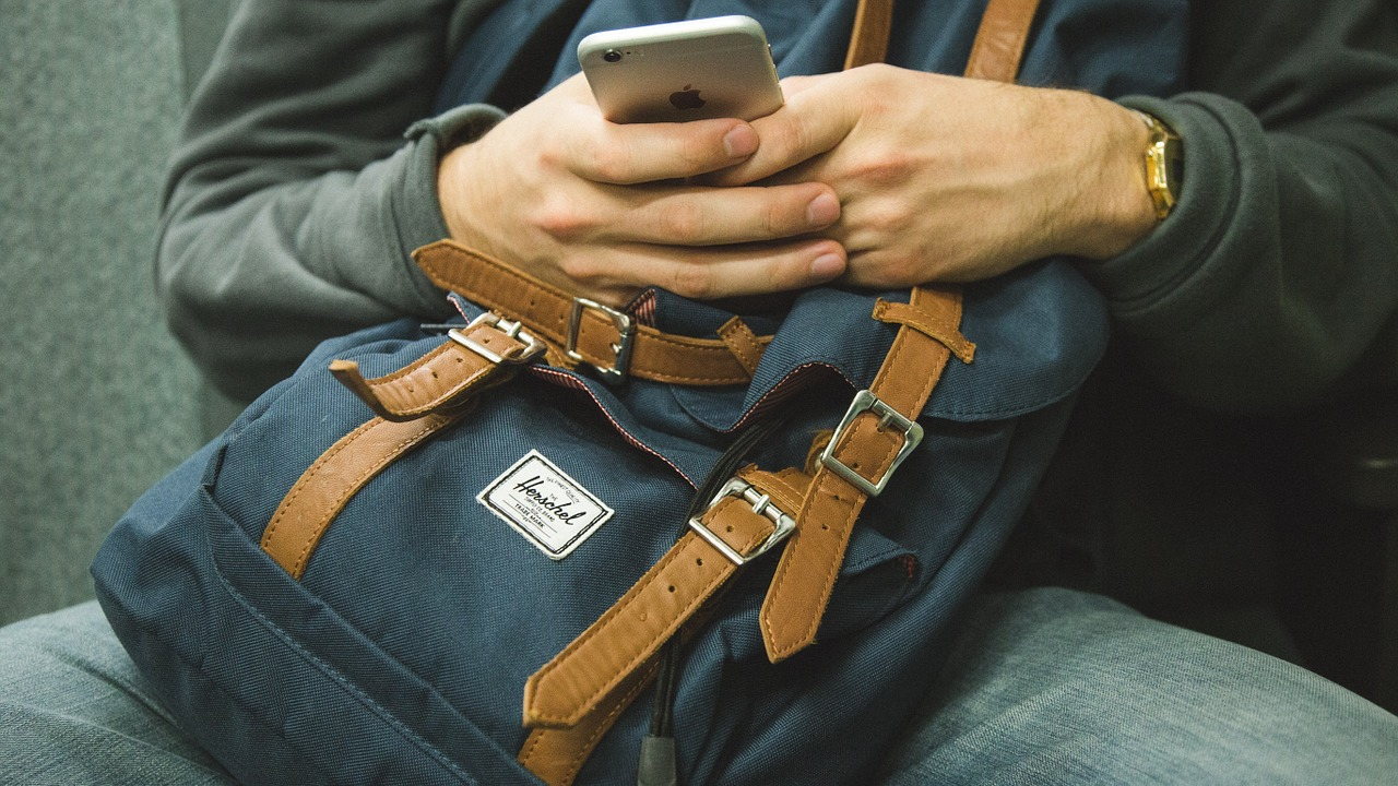 How to properly hold your smartphone to reduce fatigue