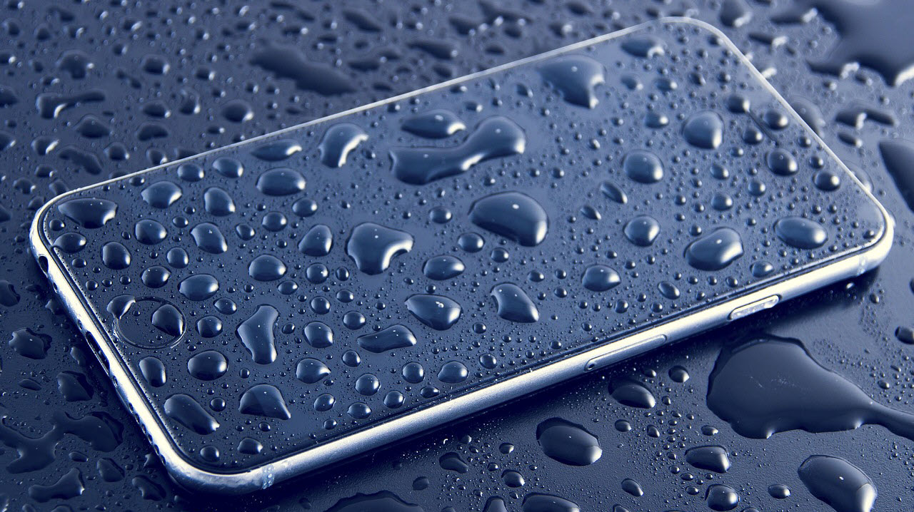 What to do if your phone drops in water? Here are 4 ways to dry it