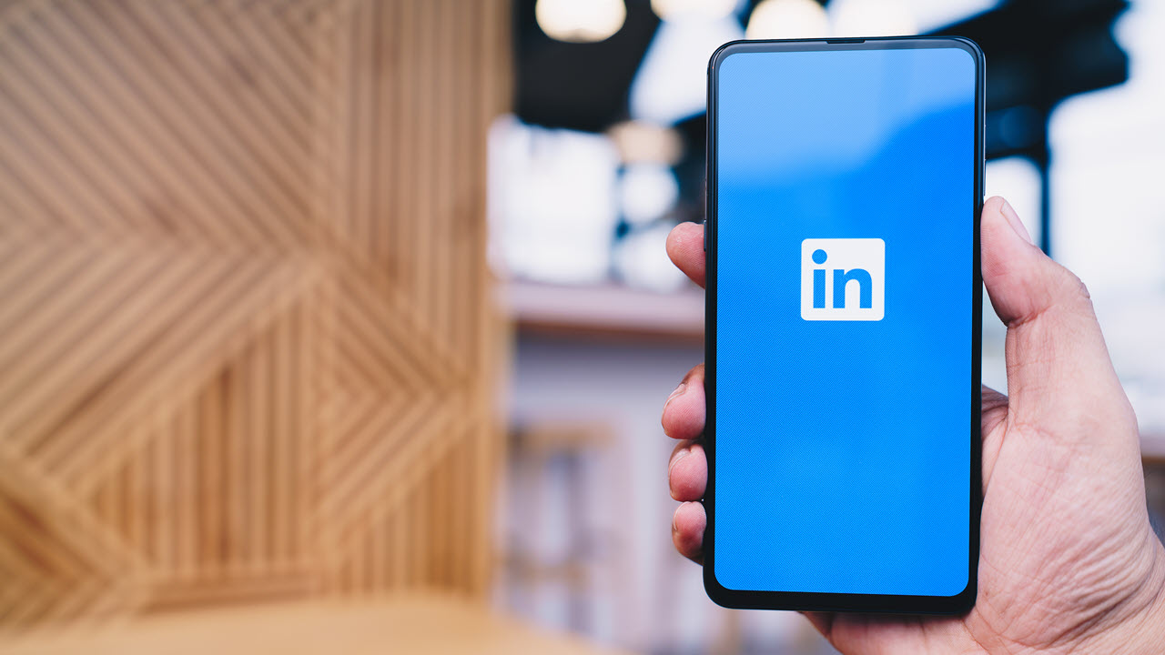 How to manage active status and go offline on LinkedIn?